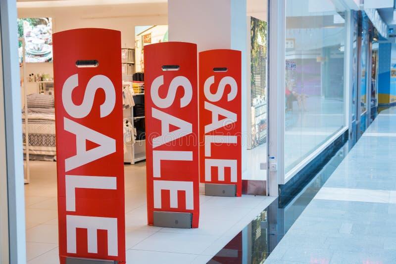 Remises saisonnières dans les magasins, la vente, le Black Friday et le concept de achat Vente de collection d'habillement d'été  images stock