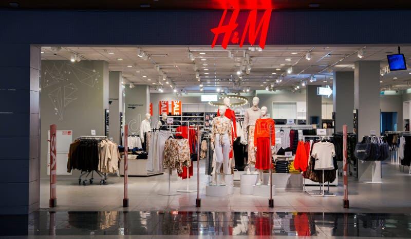 Remises saisonnières dans les magasins, la vente, le Black Friday et le concept de achat Vente de collection d'habillement d'été  photos libres de droits