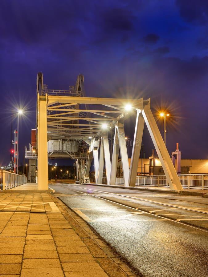 Remisu most w przemysłowym terenie przy zmierzchem, port Antwerp, Belgia obraz royalty free