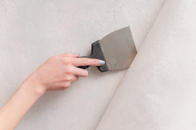 Remoção da parede do papel de parede velho fotos de stock