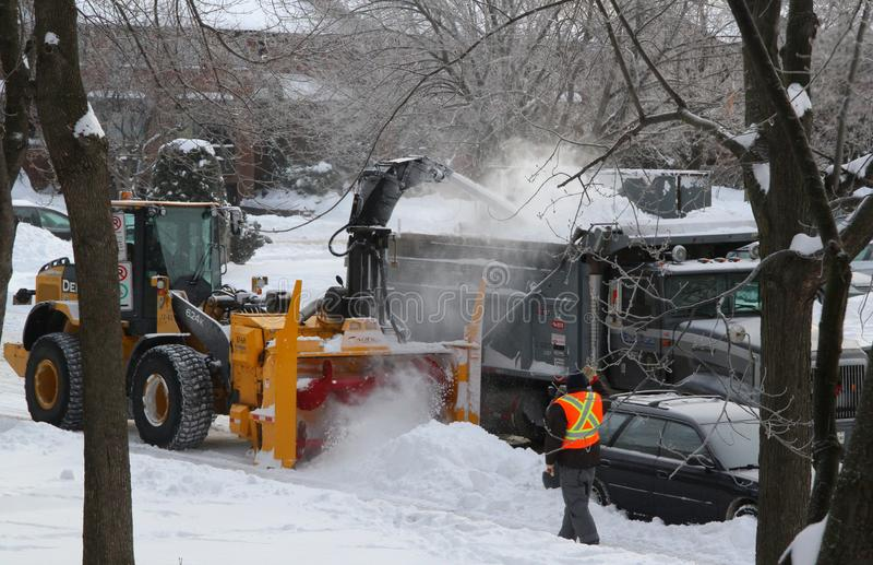 Remoção de neve e caminhão de sal da estrada fotos de stock royalty free