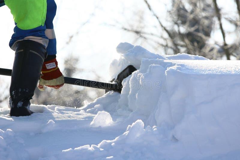 Remoção de neve O funcionamento limpa a estrada da neve imagens de stock