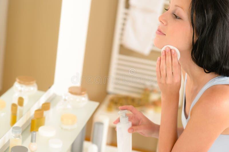 Remoção limpa da composição da face do banheiro da mulher nova fotos de stock
