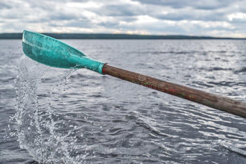 Remo del barco en el agua y el agua el salpicar fotos de archivo