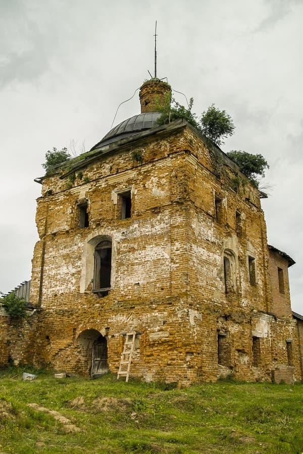Remodele el monasterio de San Jorge en la ciudad de la región de Meshchovsk Kaluga de Rusia imagenes de archivo