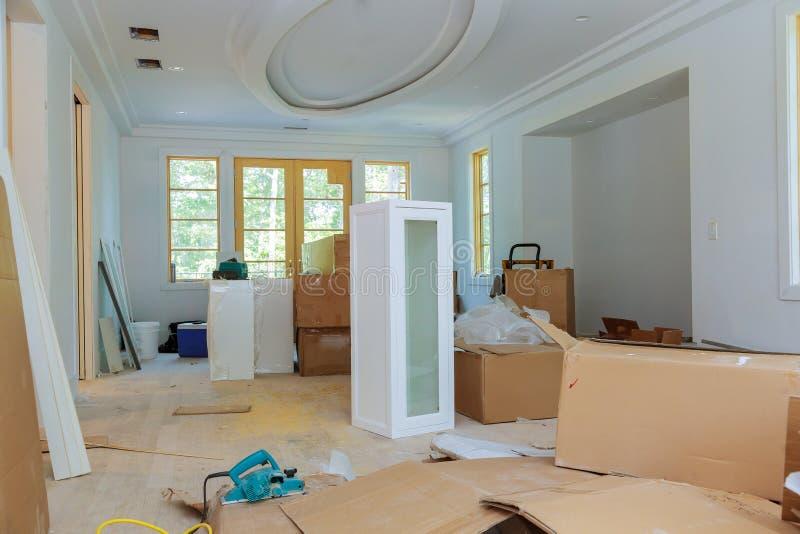Remodele a mobília de montagem da cozinha do homem bonito da cozinha foto de stock