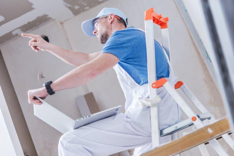 Remodeling работник объясняет стоковые фотографии rf