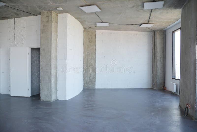 Remodelong in costruzione e domestico della stanza interna Parete della Camera con l'interno di progettazione del sottotetto fotografie stock libere da diritti