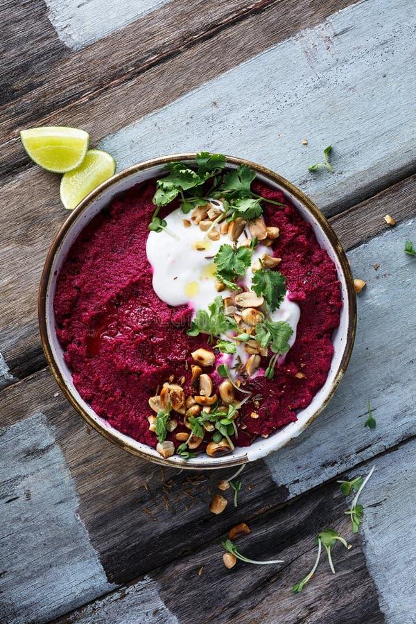 Remolachas Hummus, comida vegetariana imagenes de archivo