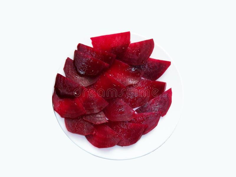 Remolachas rojas cocinadas de las rebanadas en placa en el fondo blanco imagen de archivo libre de regalías
