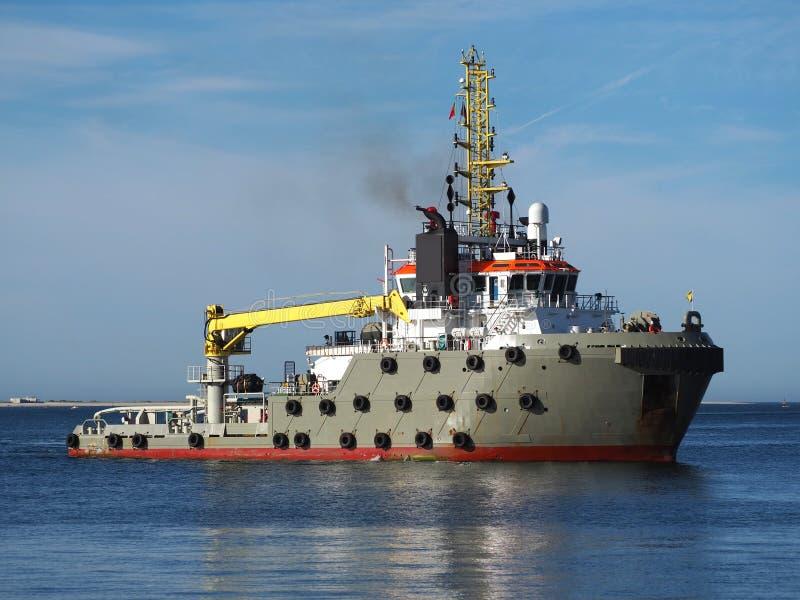 Remolcador del océano que maniobra para atracar fotos de archivo