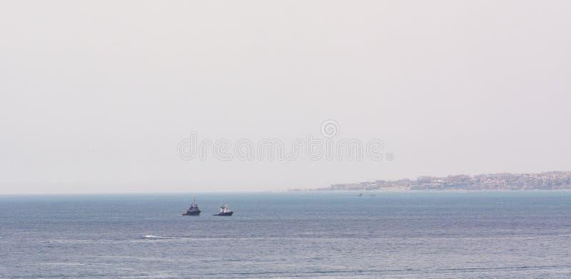 Remolcador en el mar de Málaga foto de archivo