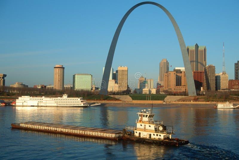 Remolcador que empuja la gabarra delante de la arcada en St. Louis, Missouri fotos de archivo