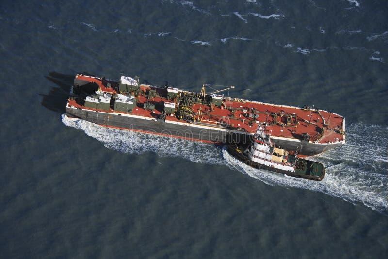Remolcador que empuja la nave. imágenes de archivo libres de regalías