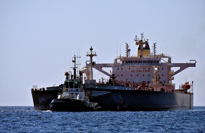 Remolcador y petrolero grande foto de archivo