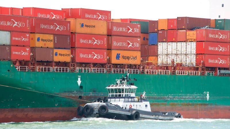 Remolcador Z-FOUR del babor del buque de carga SEASPAN HAMBURGO fotos de archivo libres de regalías
