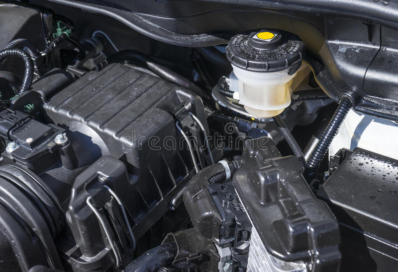 Remoliereservoir onder de Kap van een Auto stock foto