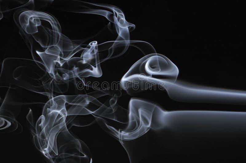 Remolino del humo en un fondo negro imagen de archivo