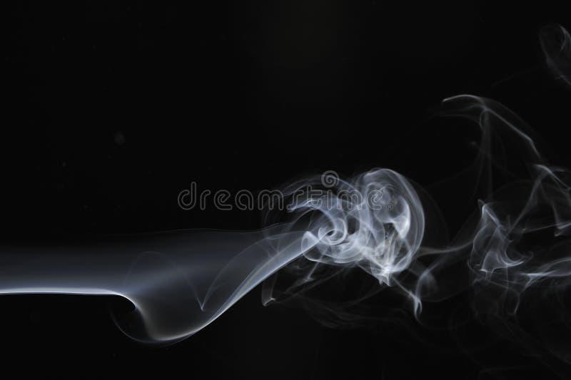 Remolino del humo en un fondo negro fotografía de archivo