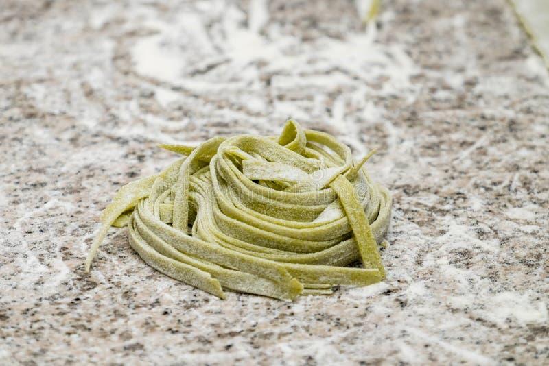 Remolinos de espaguetis cocinados en la tabla con la harina foto de archivo libre de regalías
