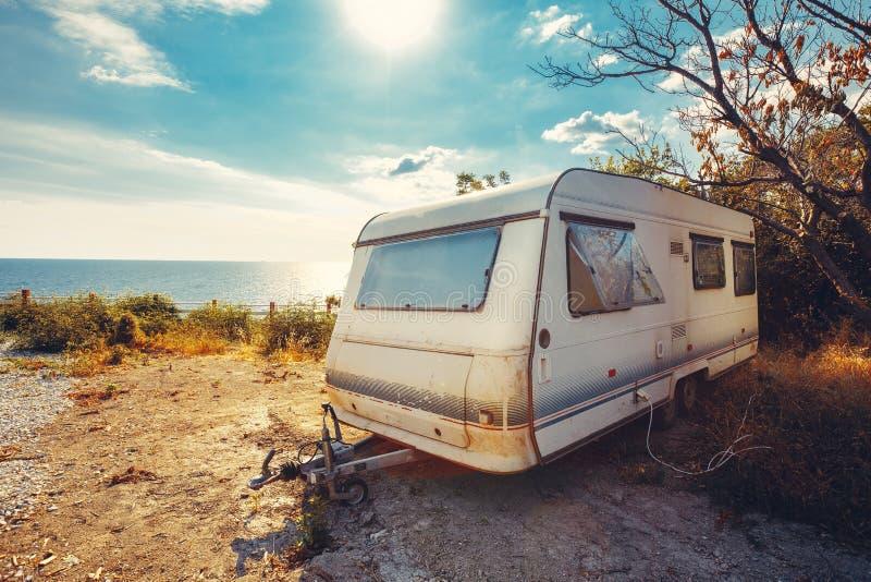 Remolque de la caravana en concepto del viaje de las vacaciones del día de fiesta del mar del fondo foto de archivo libre de regalías