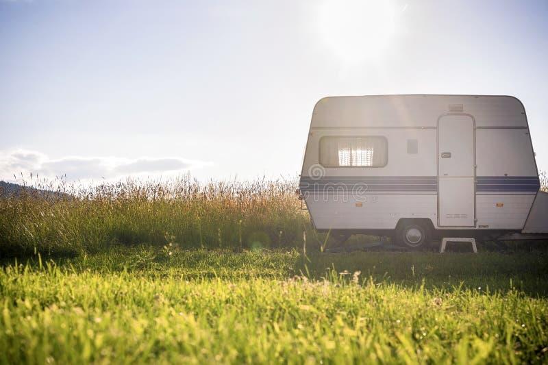 Remolque de la caravana en el ajuste soleado rural fotos de archivo