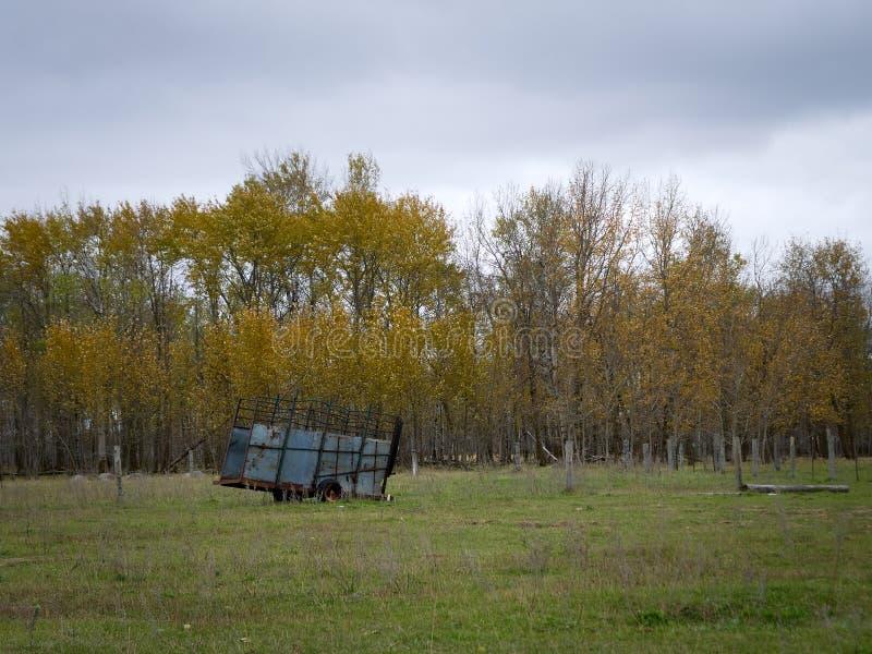 Remolque dilapidado abandonado de la granja en Minnesota septentrional fotografía de archivo