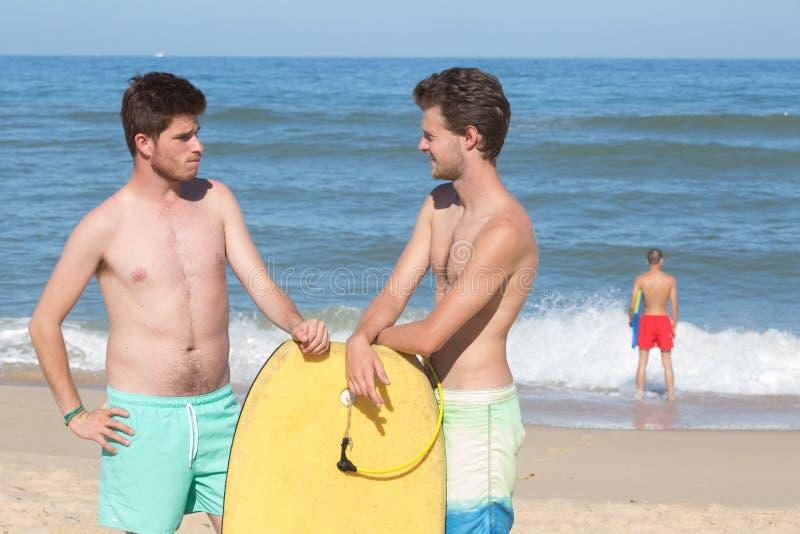 Remolque el cuerpo que los hu?spedes practican surf en la playa imagen de archivo