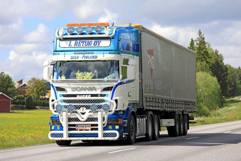 Remolque estupendo modificado para requisitos particulares de Scania semi en el verano imagen de archivo