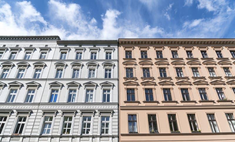 Remolque las casas viejas y el cielo azul en Berlín foto de archivo