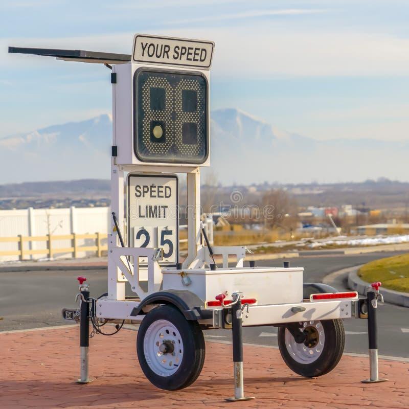 Remolque móvil de la velocidad del radar con la muestra del límite de velocidad fotos de archivo libres de regalías