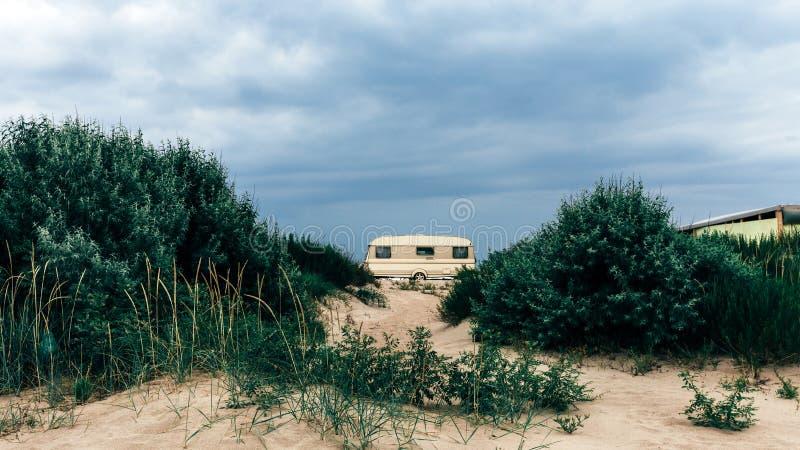 Remolque que acampa de la caravana en Sandy Beach Concepto al aire libre del viaje del resto del transporte foto de archivo libre de regalías