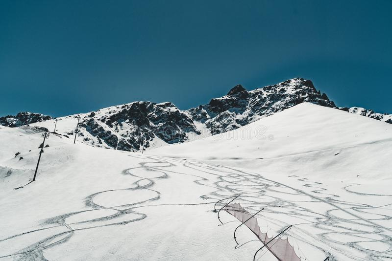 Remonte en las montañas de Almaty Shymbulak Ski Resort Hotel ahora-capsuló a Tian Shan en la ciudad de Almaty, Kazajistán, Asia C foto de archivo libre de regalías