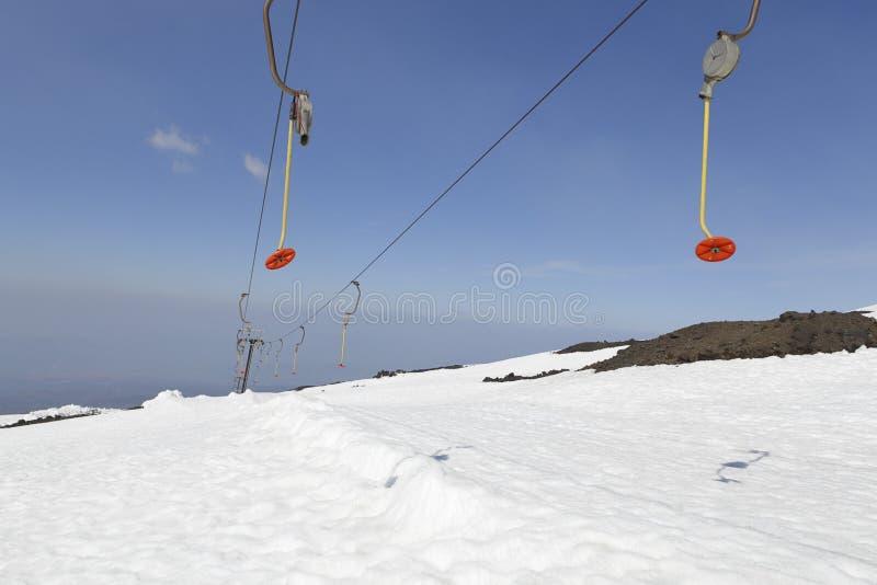 Remonte-pente alpin à la station de sports d'hiver de l'Etna La Sicile, Italie photos stock