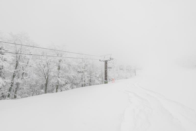 Remonte-pente au-dessus de montagne de neige dans la station de sports d'hiver photographie stock