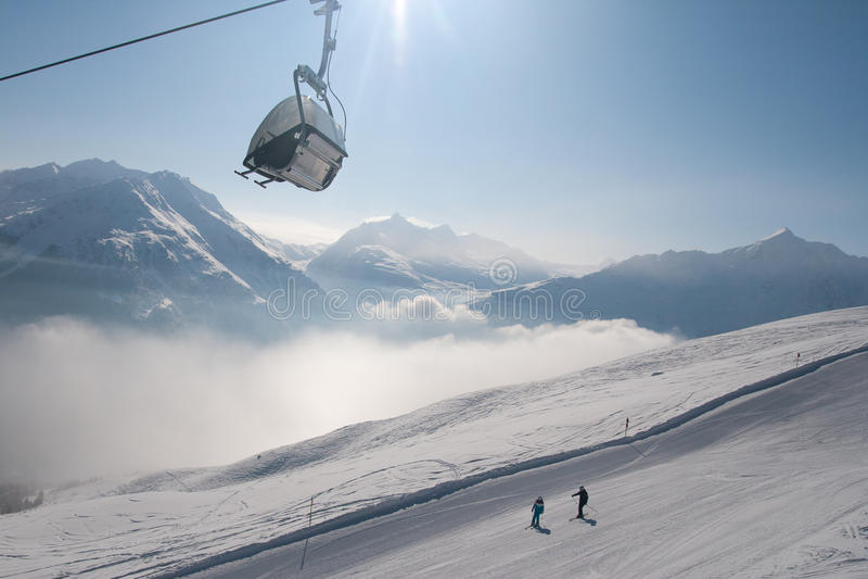 Remonte-pente et skieurs photo stock