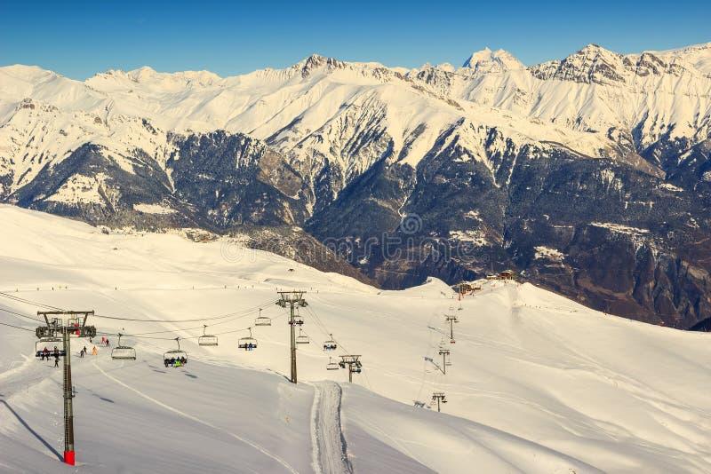 Remonte y estación de esquí en las montañas francesas, Les Sybelles, Francia imagen de archivo libre de regalías