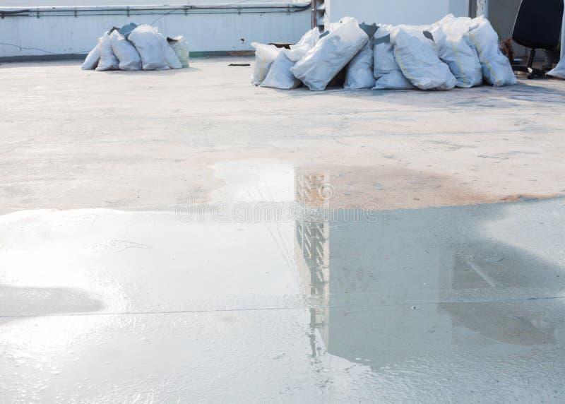 Remontowa woda na betonie przed wodoodpornym cementowym traktowanie systemem obrazy stock