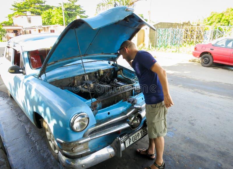 Remontowy stary samochód w ulicie zdjęcia royalty free