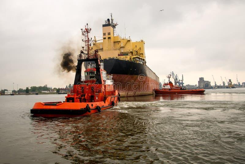 Remorquage du bateau-citerne de navire photo stock