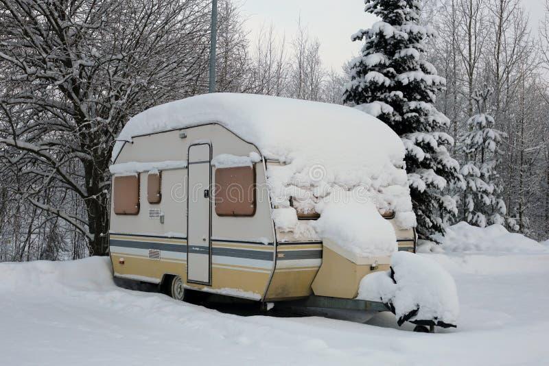 Remorque de caravane couverte dans la neige pendant l'hiver photographie stock libre de droits