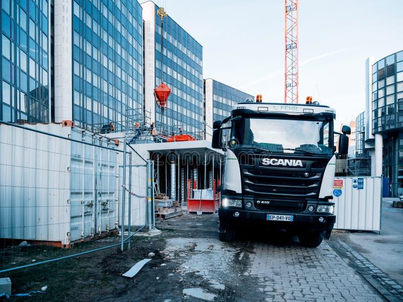 Remorque de mélangeur de camion de Scania au chantier de construction images stock