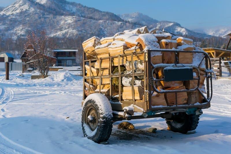 Remorque pour le transport du bois de chauffage en hiver photos stock