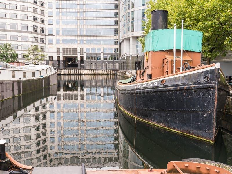 Remorqueur blanc de heurtoir chez Quay du nord, dock occidental d'Inde, Londres photos stock
