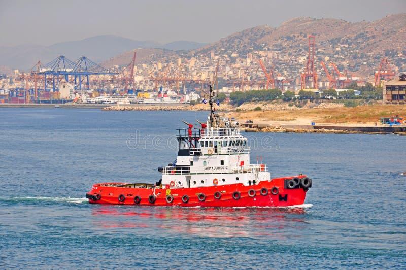 Remorqueur dans le port de Le Pirée, Grèce photographie stock libre de droits