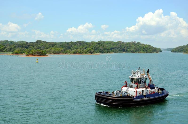 Remorqueur de canal de Panama sur le lac Gatun photo stock