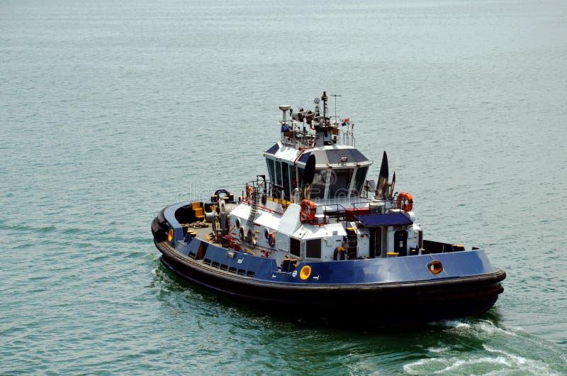 Remorqueur de canal de Panama sur le lac Gatun image stock