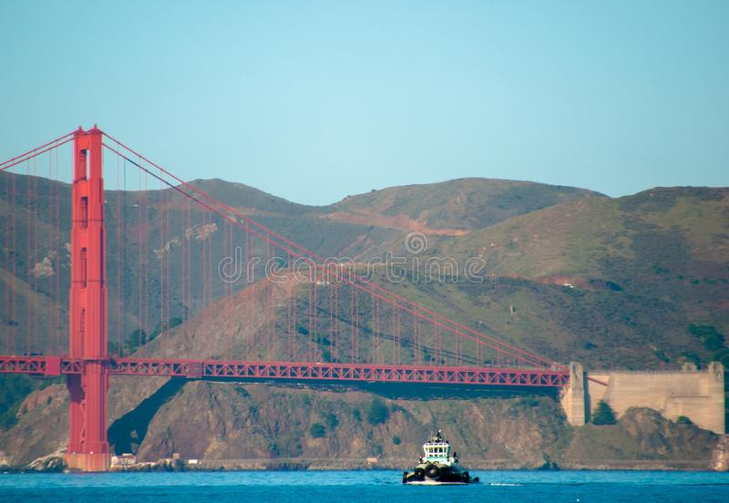 Remorqueur de golden gate bridge images libres de droits