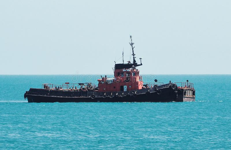 Remorqueur ou towboat au fond bleu de mer photos stock