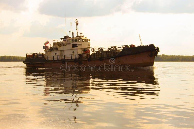 Remorqueur ou vieux bateau photographie stock